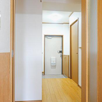 廊下に出て右に脱衣所、左にトイレ。洋室はさらに奥にあります。