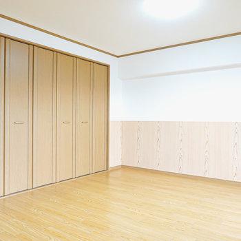洋室は壁一面のクローゼット付き。夫婦みんなで寝る寝室に。