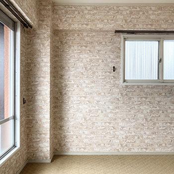 まずは手前の洋室から。絨毯のお部屋へようこそ。
