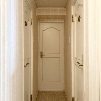 洋室も見ていきましょう。上品な雰囲気の廊下です。