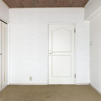さらに奥に洋室が繋がっています。