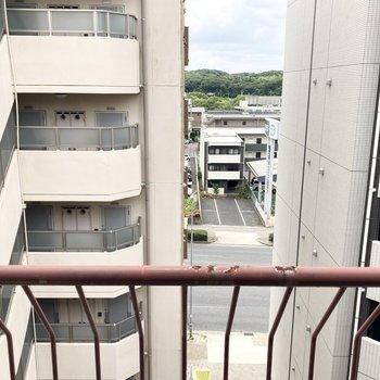 ご近所のマンションの隙間から大きな道路が見えます。