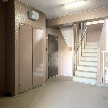 階段とエレベーターをはさんで両側にお部屋が並ぶマンションです。