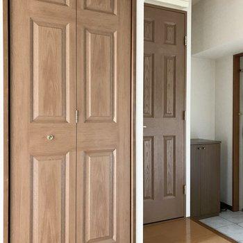 キッチン対面にはモールディングの素敵なドアが並びます。(※写真は4階の同間取り別部屋のものです)