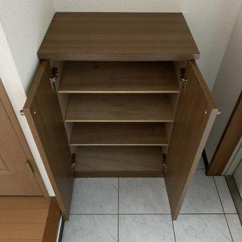 シューズボックスは1段に2足くらいのサイズ感です。(※写真は4階の同間取り別部屋のものです)