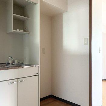 冷蔵庫置場もしっかりお隣にご用意しました。(※写真は4階の同間取り別部屋のものです)