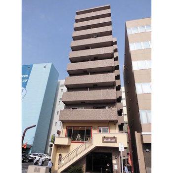 下階にヘアサロンの入った11階建の鉄筋コンクリートマンションです。