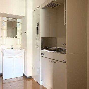 キッチンと洗面台が並んだ配置。(※写真は4階の同間取り別部屋のものです)