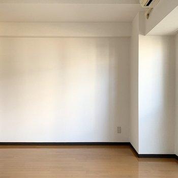 ベッドに、小さなダイニングか、ローテーブルとTVボードを合わせるくらいのサイズ感です。(※写真は4階の同間取り別部屋のものです)