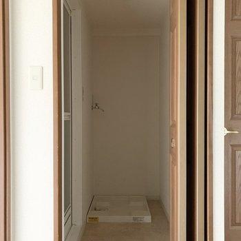 まず手前のドアの中はユーティリティルーム。洗濯機置場もしっかり室内に。(※写真は4階の同間取り別部屋のものです)