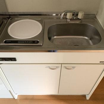 キッチンは1口IHタイプ。(※写真は4階の同間取り別部屋のものです)