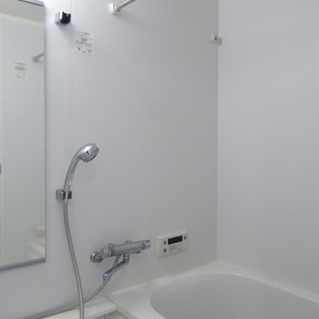 浴室もホワイトでまとまっています!(※写真は10階の同間取り別部屋のものです)