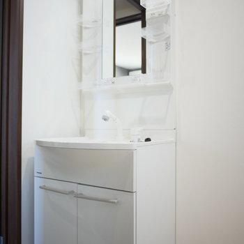 独立洗面台(※写真は3階の同間取り別部屋のものです)