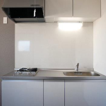 キッチン上には吊収納があります(※写真は3階の同間取り別部屋のものです)
