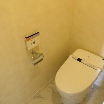 タンクレスのトイレ。スッキリ見えますね。(※写真は10階の反転間取り別部屋のものです)