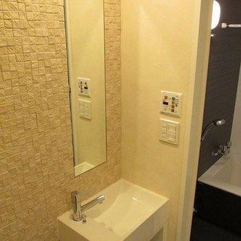 洗面台も独立。うれしいですね。(※写真は10階の反転間取り別部屋のものです)