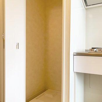 洗濯機置き場はキッチン横に。扉で隠せます(※写真は12階の反転間取り別部屋のものです)