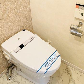 トイレはウォシュレット付き(※写真は12階の反転間取り別部屋のものです)