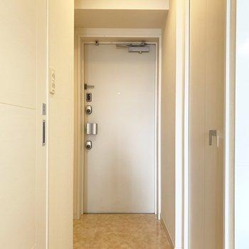 玄関も白で統一されていて明るい!(※写真は12階の反転間取り別部屋のものです)