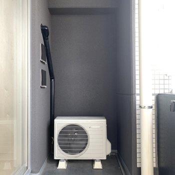 ベランダは少々コンパクトですが洗濯物は干せますよ!(※写真は12階の反転間取り別部屋のものです)