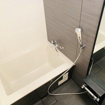 シックでかっこいいお風呂(※写真は12階の反転間取り別部屋のものです)