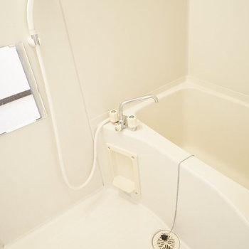 お風呂もシンプルですが、浴槽は少し広めでゆったり休める。
