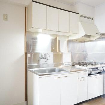 少しレトロな、シンプルキッチン。冷蔵庫は横のスペースに。