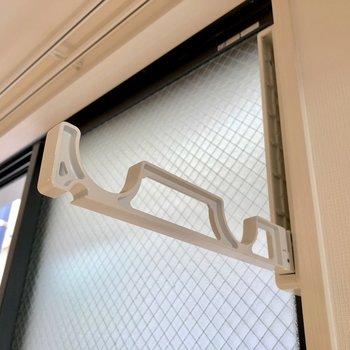 【DK】窓には物干し竿掛けが隠れています