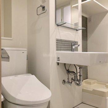トイレと洗面台、洗濯機置場が仲良く並んでいます