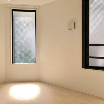 【洋室2】こちらにも窓が2つあり明るいです