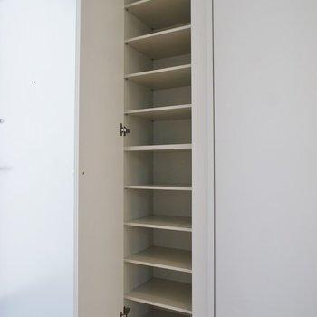 シューズボックスも容量たっぷり!※写真は同タイプの別室。