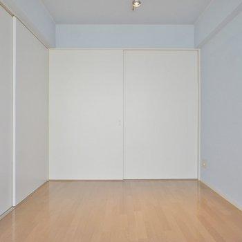 間仕切りを開くと~、、、※写真は同タイプの別室。