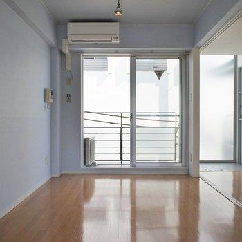 リビングは明るく柔らかい雰囲気♪※写真は同タイプの別室。