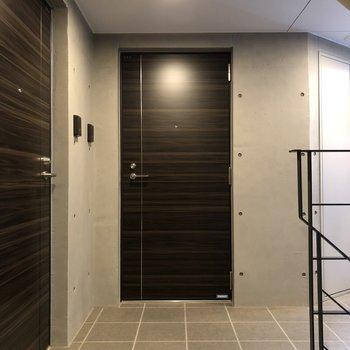 お部屋は階段をあがって右正面のドアから
