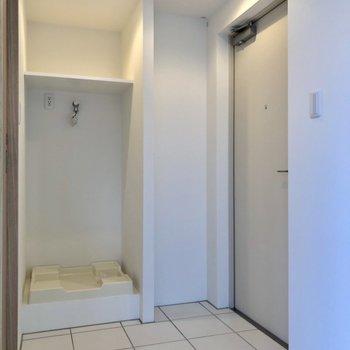 玄関の横に洗濯機置場があります。玄関は好きなところで区切れます