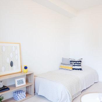 シングルサイズであればベッドも圧迫感なく置くことできます。※家具・雑貨はサンプルです