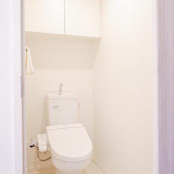 お手洗い上にも収納があります。※家具・雑貨はサンプルです