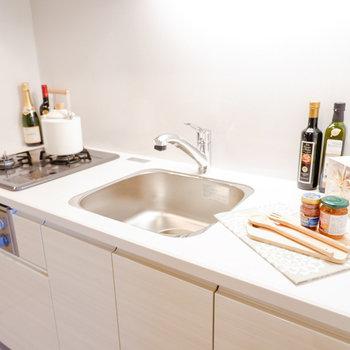 調理スペースはしっかり確保されています。※家具・雑貨はサンプルです