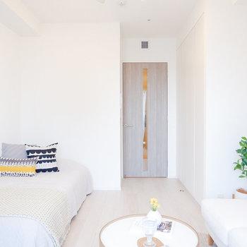 フローリング、扉も淡い色で優しい印象に。※家具・雑貨はサンプルです