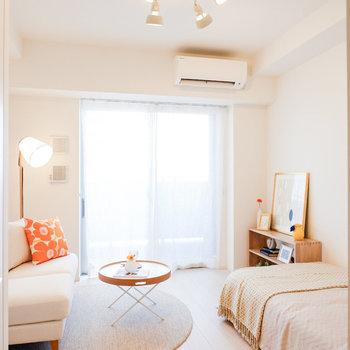 天井も高く開放的です。※家具・雑貨はサンプルです