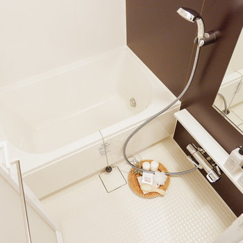 浴室はブラウンの扉で、落ち着けそう。※家具・雑貨はサンプルです