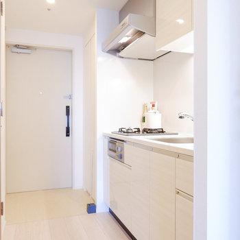 キッチン廊下もスッキリとしています。※家具・雑貨はサンプルです