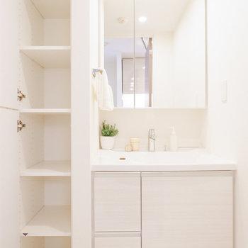 洗面台とその横にはストックしておける収納まで。※家具・雑貨はサンプルです