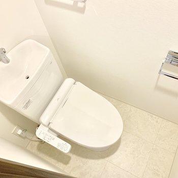 トイレは清潔感が溢れます。上部に収納棚もありますよ。