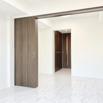 クローゼットはドア前に。