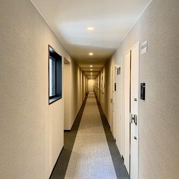 ホテルのように長〜い共用部。とっても静かです。
