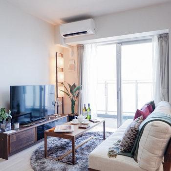 ソファにローテーブル、テレビ台がちょうど良さそうです。※家具・雑貨はサンプルです