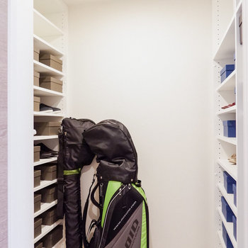 玄関横の扉はシューズインクローゼットに。※家具・雑貨はサンプルです
