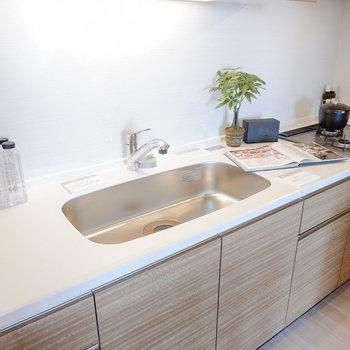 調理スペースも、シンクもゆったり。※家具・雑貨はサンプルです