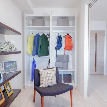 【洋室②】書斎や趣味のお部屋として使うのに丁度な広さです。※家具・雑貨はサンプルです